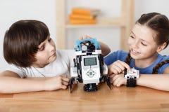 Положительные дети играя с роботом стоковые фотографии rf