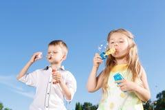 Положительные дети дуя пузыри супа стоковое фото rf