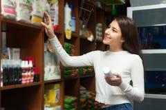 Положительные женщины выбирая продукты для любимчиков Стоковая Фотография RF