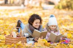 Положительные книги чтения матери и дочери Стоковое Изображение
