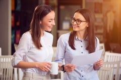 Положительные коллеги говоря друг с другом Стоковое Изображение