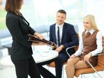 Положительные коллеги работая в офисе Стоковые Изображения RF