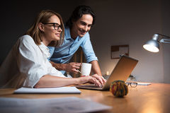 Положительные коллеги работая в офисе Стоковое Фото