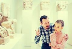 Положительные отец и дочь относительно классических барельеф внутри Стоковые Изображения RF