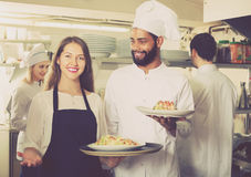 Положительные официантка и команда варить стоковые изображения rf