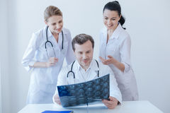 Положительные радиологи обсуждая ct просматривают в клинике стоковое фото rf