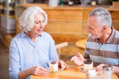 Положительные старшие пары имея еду Стоковые Фотографии RF