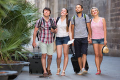 Положительные туристы на идти летних каникулов Стоковые Фотографии RF
