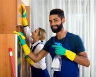 Положительные уборщики очищая и пылясь Стоковое фото RF