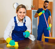 Положительные уборщики очищая и пылясь Стоковые Изображения