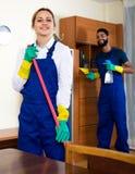 Положительные уборщики очищая и пылясь Стоковые Фото
