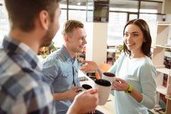 Положительные усмехаясь коллеги выпивая кофе Стоковое Изображение
