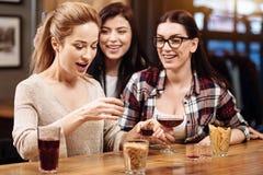 Положительные услаженные женщины веселя вверх по их другу Стоковые Изображения
