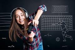 Положительные услаженные компютерные игры playign женщины Стоковое Фото