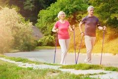 Положительные sporty пары идя вдоль дороги Стоковое фото RF