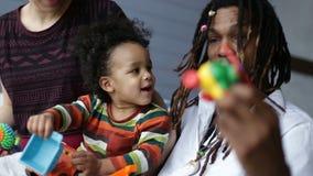 Положительный африканский отец играя с сыном малыша видеоматериал