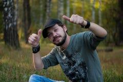 Положительный бородатый человек стоковая фотография rf