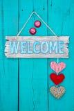 Положительный знак при сердца вися на деревенской двери Стоковые Фото