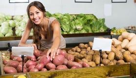 Положительный молодой женский клиент принимая картошки Стоковая Фотография