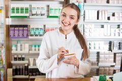 Положительный молодой женский представлять аптекаря Стоковые Изображения