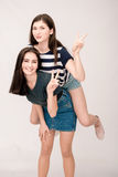 Положительный портрет друзей 2 девушек, смешных сторон, гримас Стоковые Фотографии RF