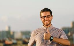 Положительный профессиональный человек делая большие пальцы руки вверх показывать Стоковое фото RF
