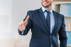 Положительный работник офиса приветствуя вас Стоковое Изображение RF