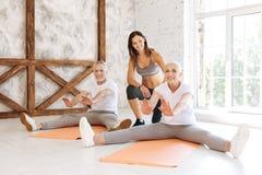 Положительный услаженный фитнес пар посещая совместно Стоковое Изображение