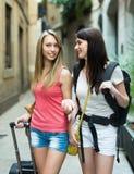 2 положительных девушки с багажом Стоковые Фото
