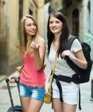 2 положительных девушки с багажом Стоковые Изображения