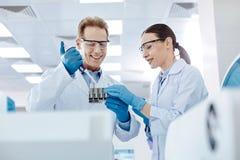 2 положительных коллеги испытывая новый материал Стоковое Изображение RF