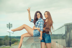 2 положительных подруги битника Стоковая Фотография RF
