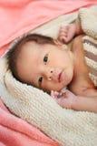Подозрительные выражения лица ребёнка на кровати Стоковое Изображение