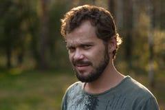 Подозрительный бородатый человек стоковое фото rf