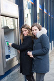 2 подозрительных женщины на ATM Стоковые Изображения