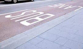 Полоса для движения автобусов в городе Стоковые Фото