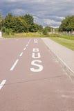 Полоса для движения автобусов отмеченная на асфальте Стоковое Изображение