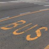 Полоса для движения автобусов текста на дороге Стоковые Фото