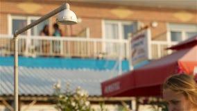 Полоскать женщины на пляжа под ливнем видеоматериал