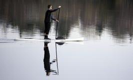 Полоскать через зеленое озеро Стоковые Фотографии RF
