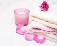 Полотенца ванны с розовыми розами Стоковые Изображения