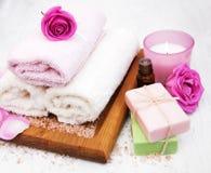 Полотенца ванны с розовыми розами Стоковая Фотография