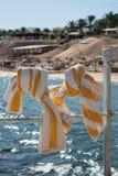 Полотенца висят на веревочке около моря Стоковое Изображение