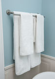 2 полотенца вися на бельевой веревке Очистите белые полотенца на вешалке Белые полотенца в ванной комнате, доме Полотенца ванной  Стоковое Фото