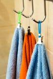 3 полотенца вися на крюке Стоковые Изображения