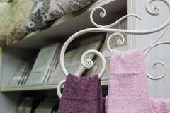 2 полотенца вися на шкафе металла Стоковое Изображение