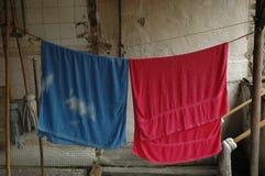 2 полотенца вися для того чтобы высушить в старомодном пути Стоковые Фотографии RF