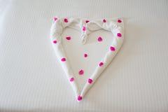 Полотенца в форме сердец с цветками Стоковое Изображение