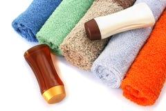 Полотенца и бутылки шампуня Стоковое Фото