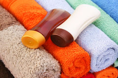 Полотенца и бутылки шампуня Стоковые Изображения